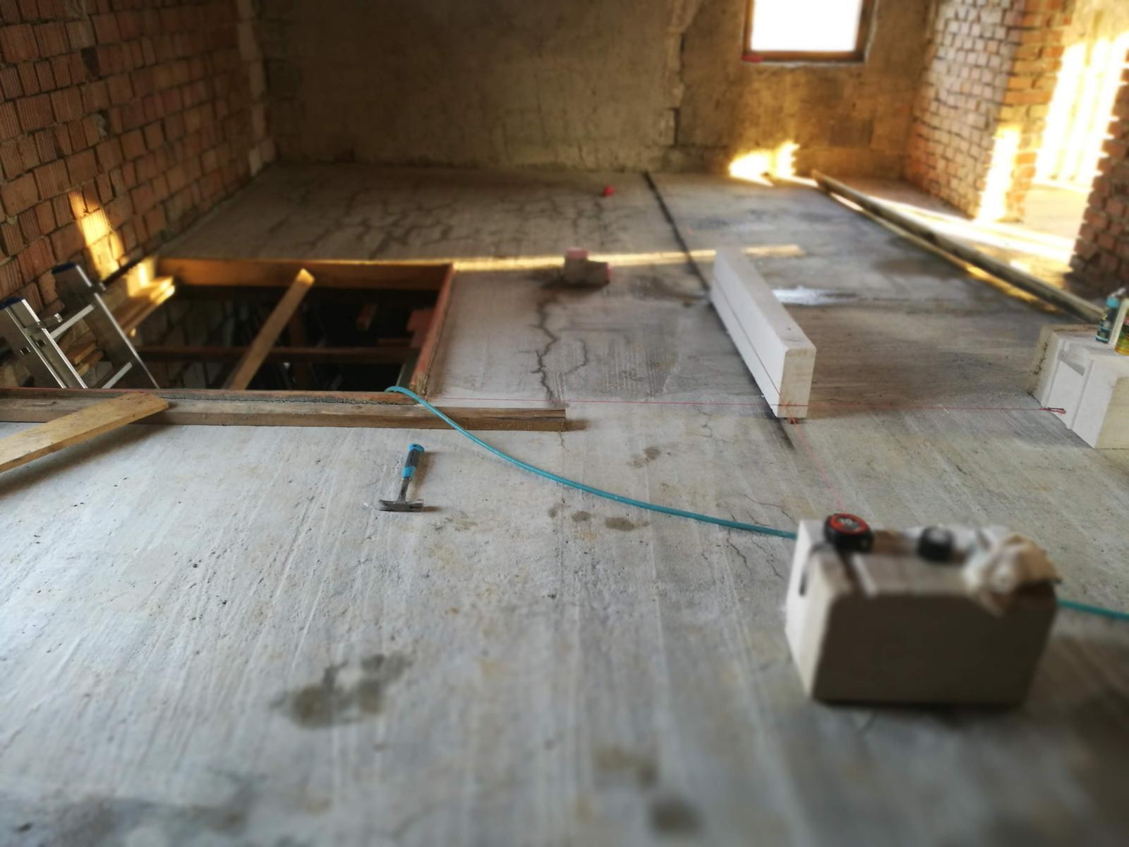 Rekonštrukcia veľmi starej stavby :) - Otvor na schodisko zmenšený, zaliaty.