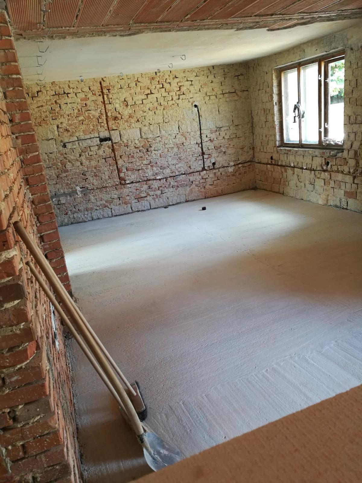 Rekonštrukcia veľmi starej stavby :) - Pohľad z obývačky do kuchyne. Chcelo to ešte silnú dávku predstavivosti...