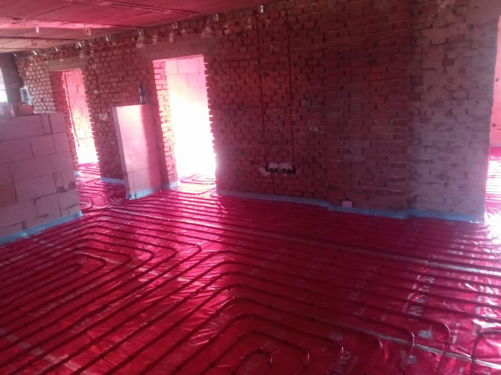 Rekonštrukcia veľmi starej stavby :) - Podlahovka, nové so starým... Pre mňa komický pohľad s tými halabala tehlami.
