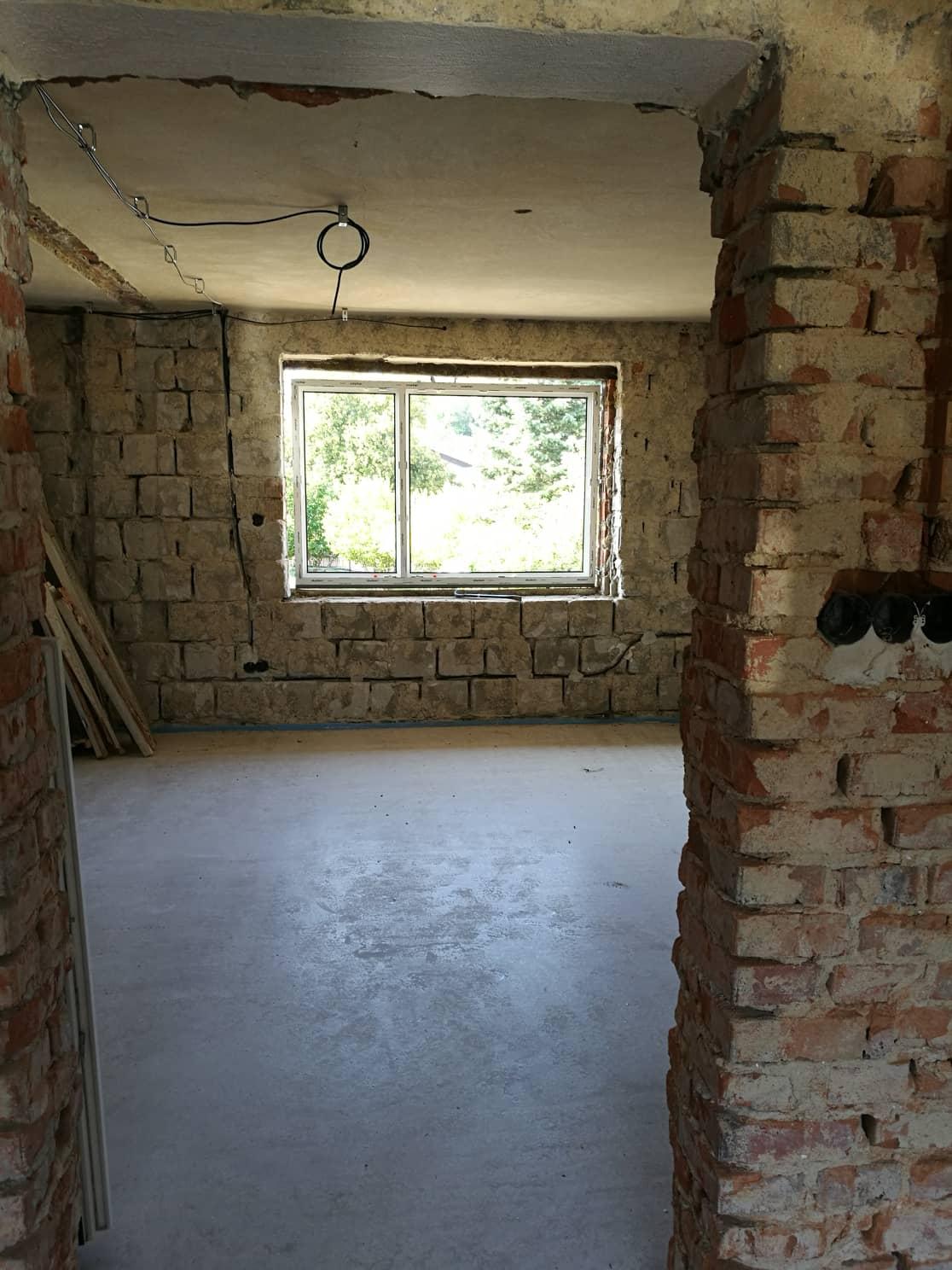 """Rekonštrukcia veľmi starej stavby :) - Nové okná. Táto fotka mi vždy evokovala """"svetlo na konci tunela"""" :)"""