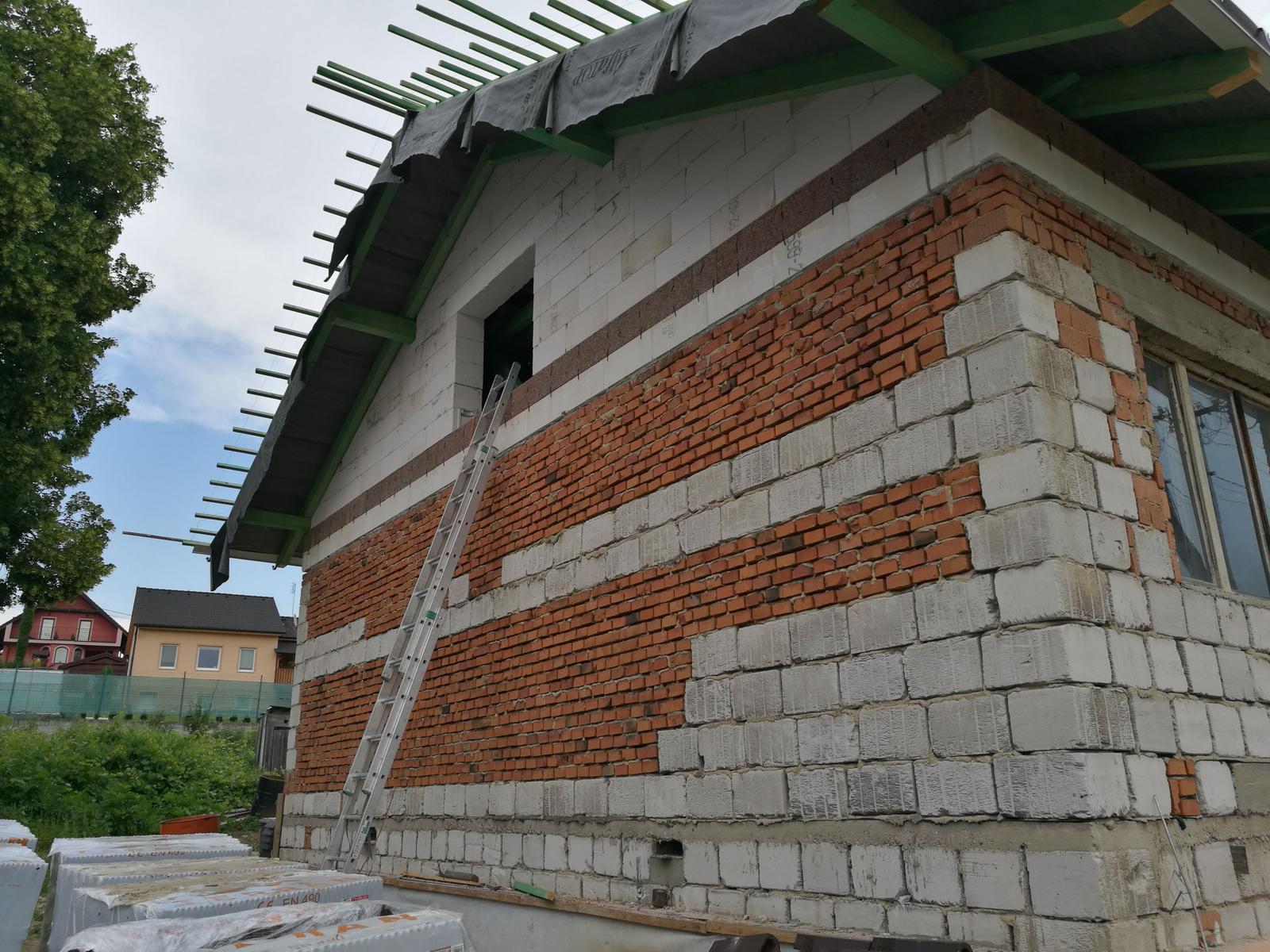 Rekonštrukcia veľmi starej stavby :) - Ani vonku sme nelenili