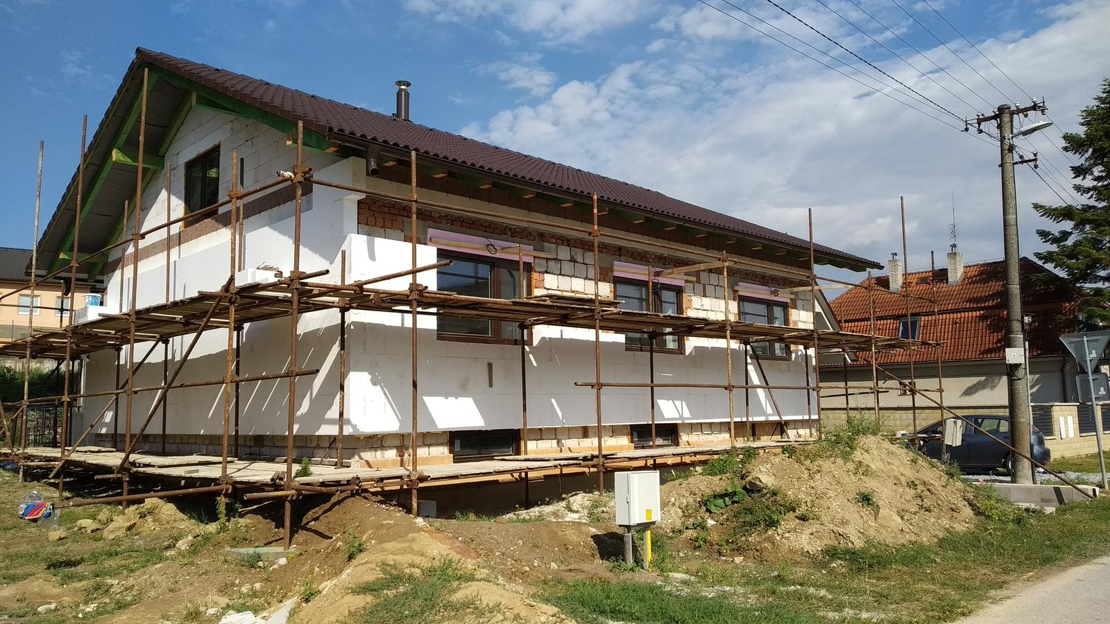 Rekonštrukcia veľmi starej stavby :) - po roku od začiatku - búrania strechy, vnútro hotové, začíname zakrývať poslednú spomienku na šialenstvo hrubej stavby...
