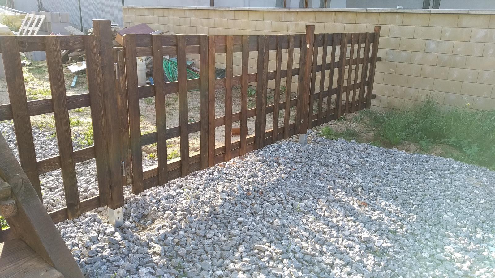 Rekonštrukcia veľmi starej stavby :) - aj plot sme pozliepali zatiaľ erárny, viac menej z dreveného odpadu... aj tak mám pocit že kým zrovnáme terén a našetríme čo to, chvíľu ho mať budeme :)