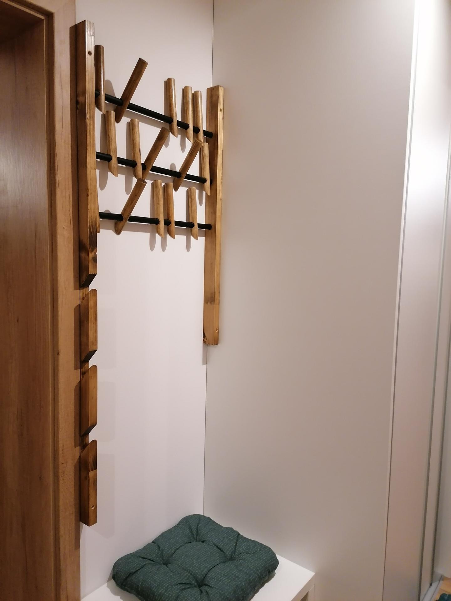 Rekonštrukcia veľmi starej stavby :) - Konečne sme vynovili aj chodbu, vstavaná skriňa a vešiak z manželovej dielne 😊
