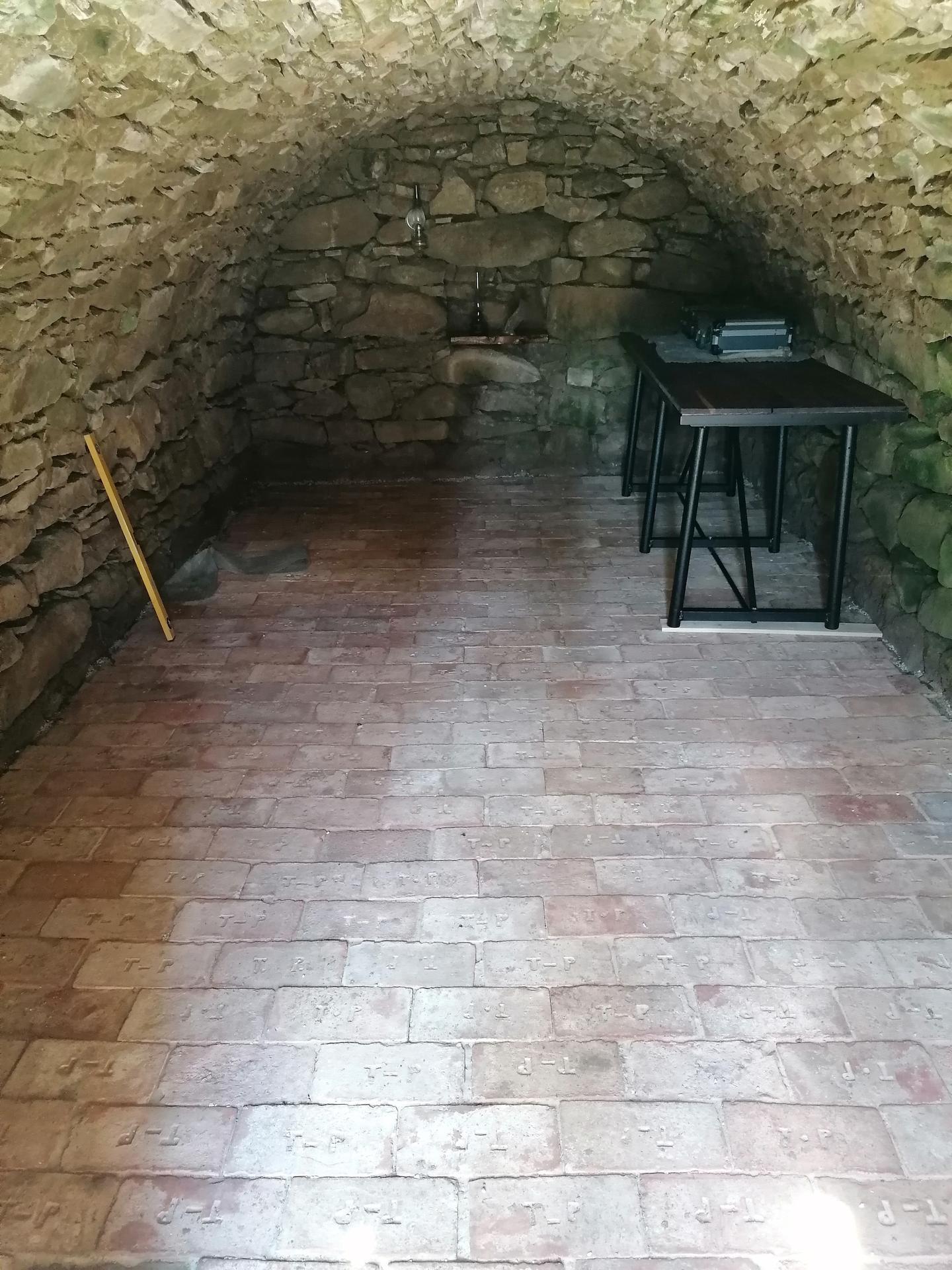 Rekonštrukcia veľmi starej stavby :) - Úžasná atmosféra tejto pivnice... Nová podlaha a ešte treba dozariadit, nejaké tie fľašky vínka 😊