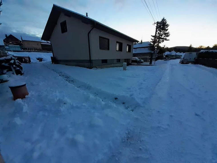 Rekonštrukcia veľmi starej stavby :) - Zavolantom nič moc, ale ako zrazu pod snehom ten rozbity pozemok pekne vyzerá.... ❤️