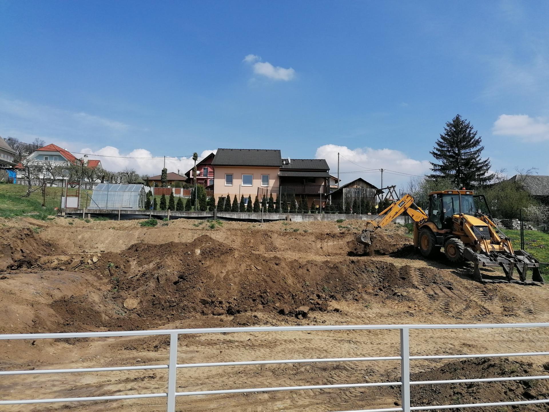 Rekonštrukcia veľmi starej stavby :) - Báger bol u nás naposledy 24.9. a odvtedy sa k nám skrz blato a dážď nedostal. Hrozná jeseň, daždivá... Konečne to vyšlo a pozemok upravil celý na finál, môžeme sadiť.