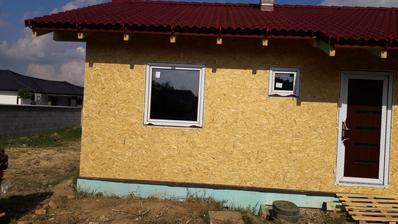 Okná sú namontované.