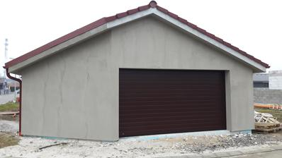 Garážová brána namontovaná.