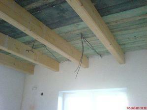 stropy v kuchyni a obýváku
