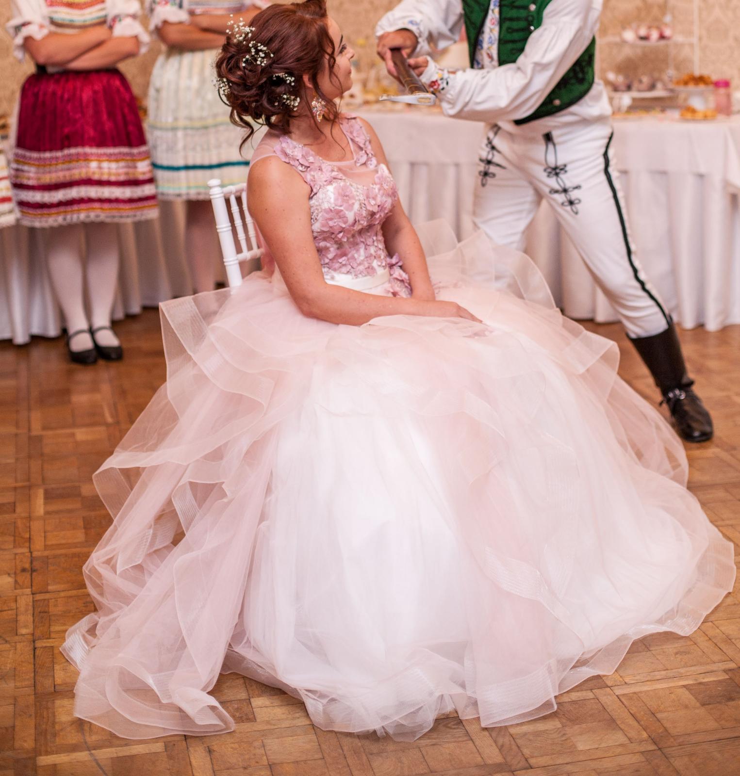 Zaujímavé svadobné šaty - Obrázok č. 1