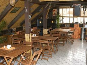 ..nebo stejná restaurace,ale venku v altánku