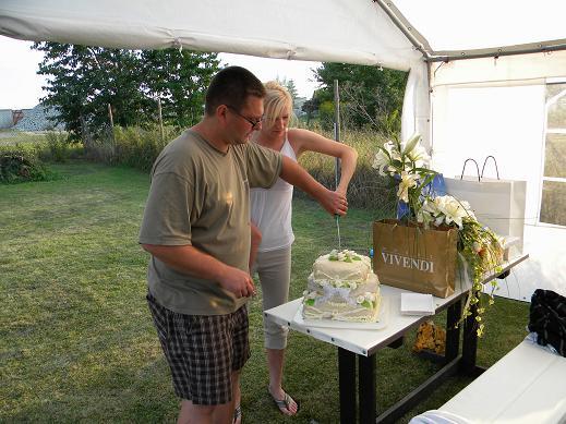 Jiřinka Sotonová{{_AND_}}Michal Kašpar - ...krájení už polorozteklého dortu (v 32°C je to asi běžný) :o)