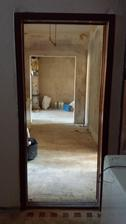 sucasny pohlad do bytu..hned za vchodovymi dverami vpravo izba, vlavo izba..vpredu bolo jadro..teraz bude jedalensky stol..stena vlavo sa bude burat.