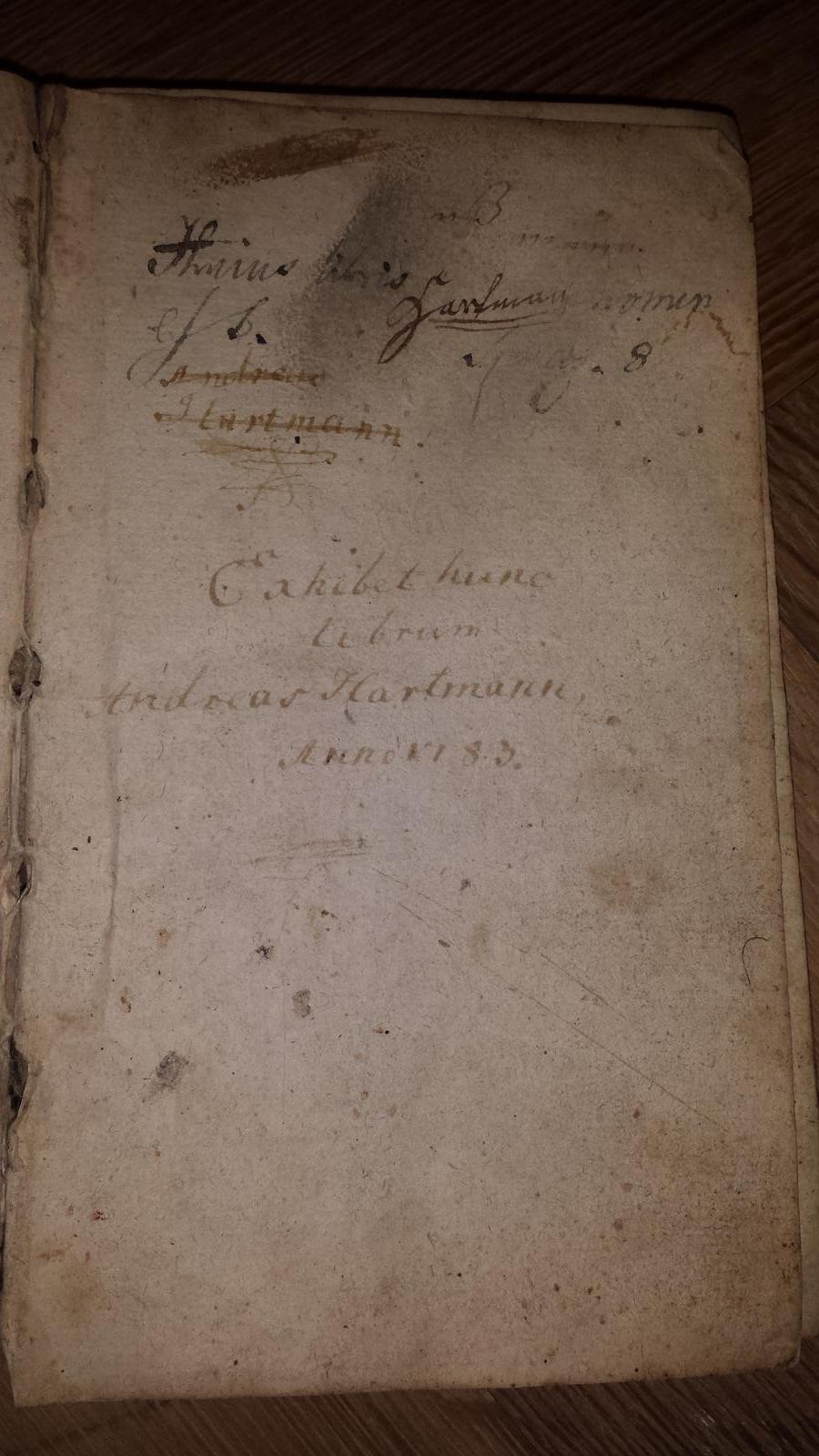 Rekonštrukcia bytu v národnej kultúrnej pamiatke - v byte je mnozstvo starych knih...rok 1783