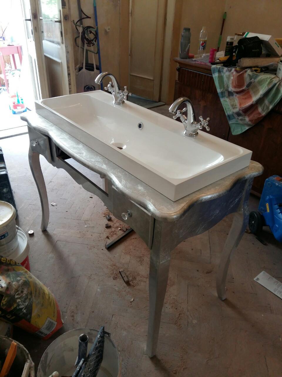 Rekonštrukcia bytu v národnej kultúrnej pamiatke - vyraba sa stolik pod umyvadlo..