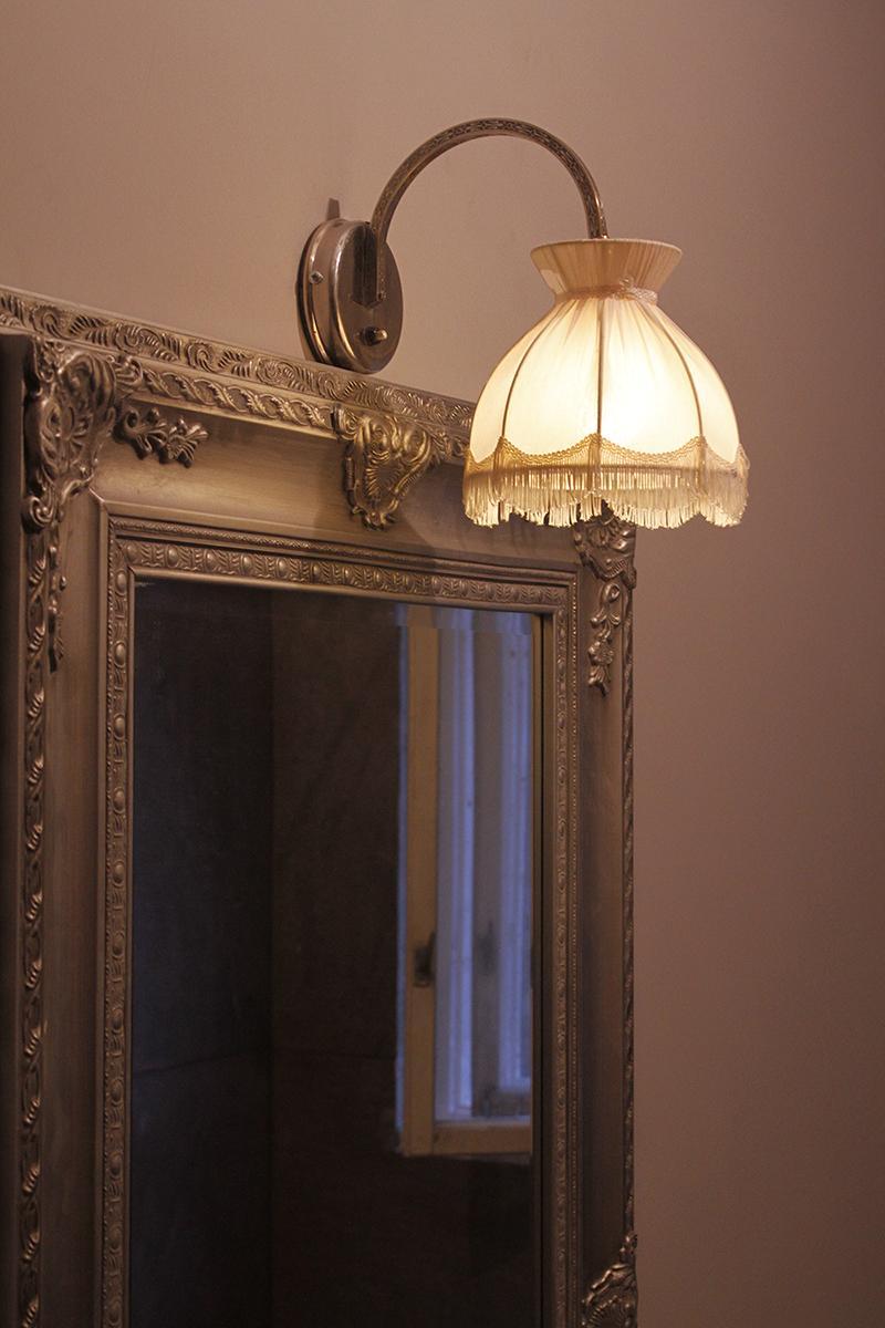 Rekonštrukcia bytu v národnej kultúrnej pamiatke - svetielko do kúpeľne vyskladané z bazárov