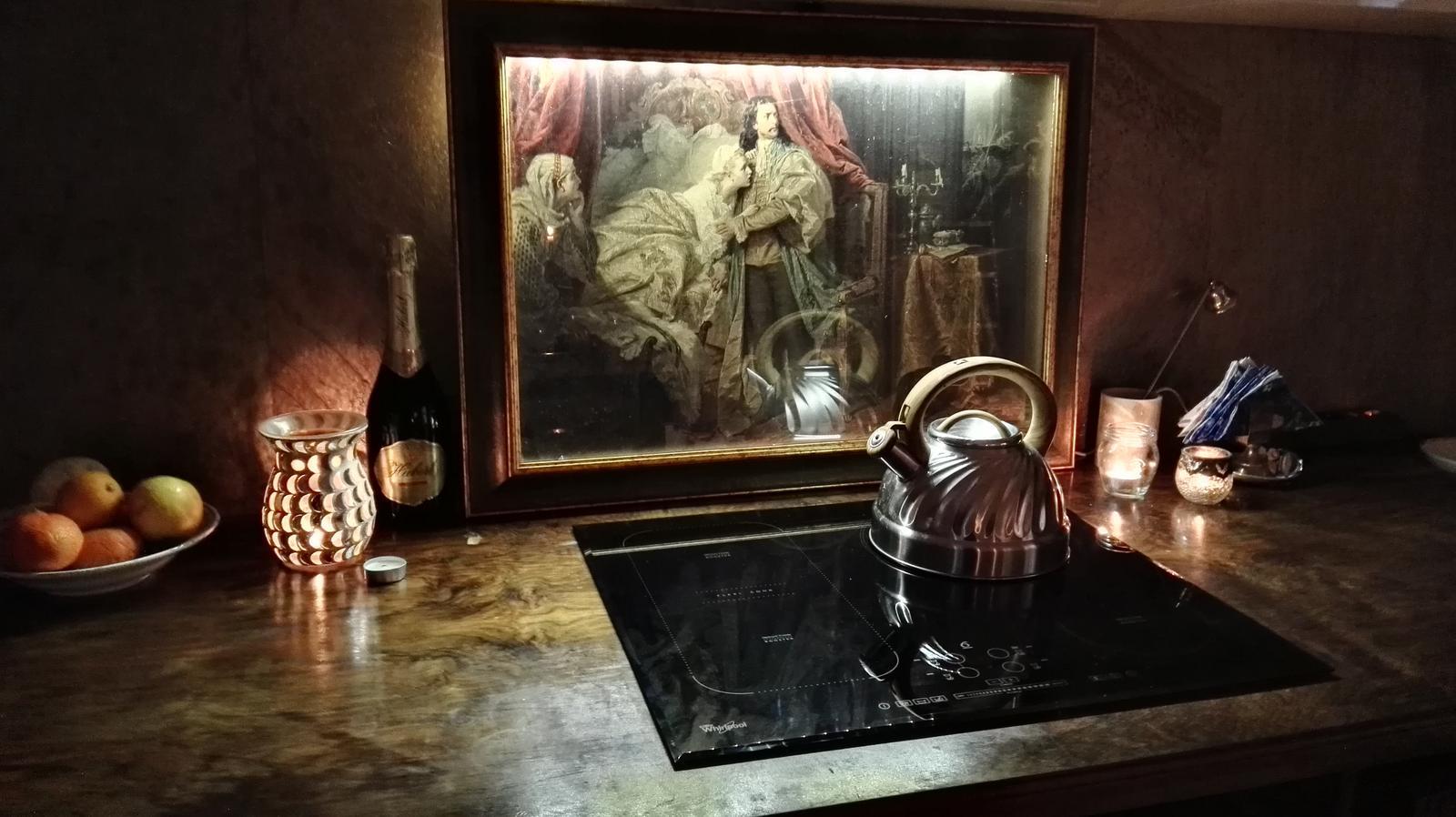 Rekonštrukcia bytu v národnej kultúrnej pamiatke - obraz mam z vypredaja asi za 5eur.Ramovanie so sklom stalo 30e, manzel namontoval led osvetlenie a nasa zastena za sporak je na svete.