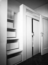 Decká rastú, opäť zmena. Poschodové postele trochu inak. Hore posteľ, dole skriňa, úložný priestor aj v schodíkoch.