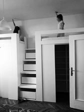 Výška stropov 3m, posteľ je vo výške 1,80m.