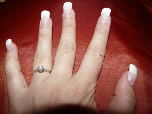 Gabika a Bubo - 9.máj 2009 - A na mojej ručičke už so svadobnými nechtíkmi.