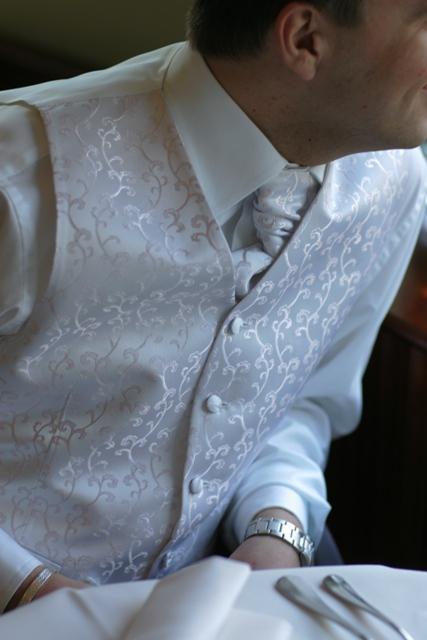 Detaily svadbicky - draheho vesticka s kravatkou....krasne ladila k satockam