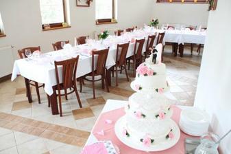 Pohled na vyzdobenou restauraci s dortem