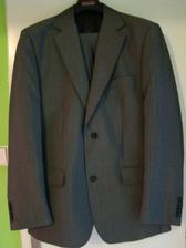 Ženichův oblek - šedý, trošku se leskne, je šmrcovní