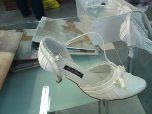 Střevíčky pro Popelku . - )))Objednány v mé velikosti a v bílé barvě, tak uvidíme jak padnou . - )