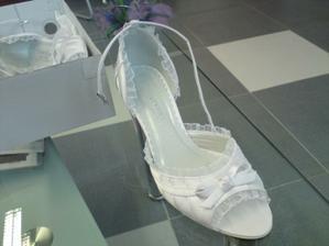 V bílé barvě, jen s volnou špičkou, taky moc hezké, ale mám blbé palečky, moc dlouhé, take mě ze všech otevřených bot moc čouhají . - (