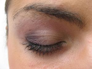 Zkouška líčení- každé oko je jiné, obočí mám zarostené jako brežněv, ale to schválně, pač budeme upravovat tvar . - )))