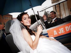 novomanželký let kolem náměstí v Hodoníně . - )