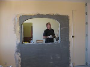 Pohled z obýváku do jídelny- průchod, který byl původně zadělát sadrokartonem, tady jsme si udělali okno.