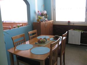 Jídelna, vpravo kuchyně, vlevo obyvák.