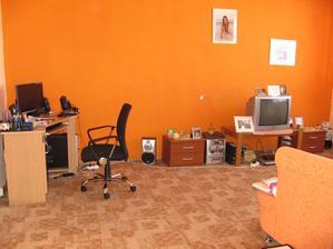 Obývací pokoj, vlevo vchod do ložnice.