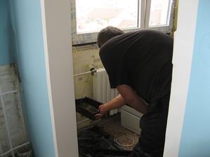 odřezávání topení, budu mít tím pádem v kuchyni krásnou pracovní desku se skříňkama a prac plochu navíc, stejně jsme v kuchyni nikdy netopili