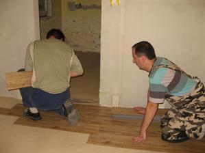 A už nám pokládají podlahu . - ))