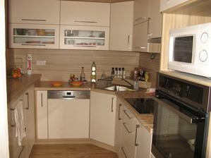 Již zabydlená kuchyň. Všechno nové, jen mikrovlnka je stará, tu koupíme až po Novém roce, už nám nevyšli penízky.