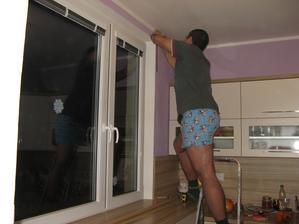 Manžel montuje garnýže