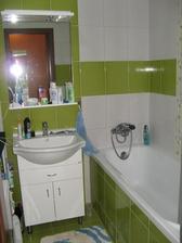 Koupelna, ještě chybí vysoká skříňka a nové koberečky a nový koš na prádlo . - ))
