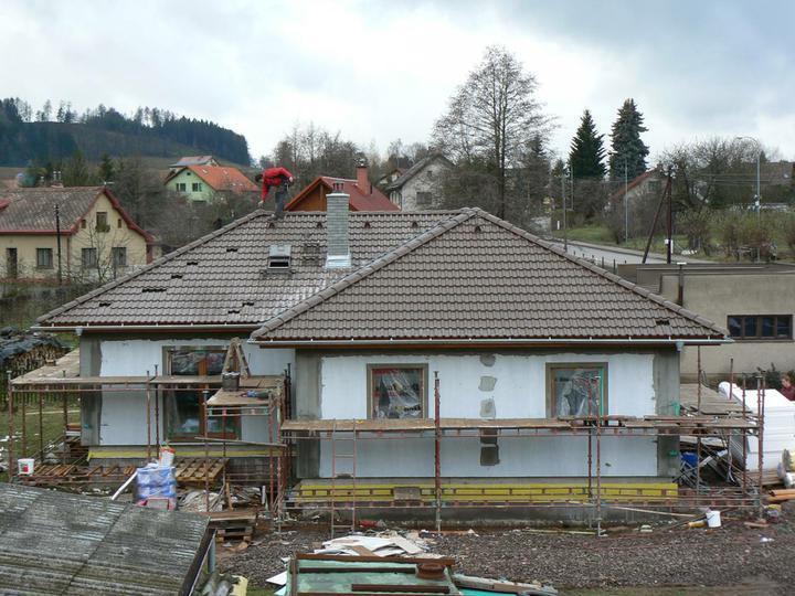 10. montážní den - Střecha je hotova téměř komplet a fasáda je poopravena tak, aby již mohli dávat finální barvičku. Hádejte jakou? :-)
