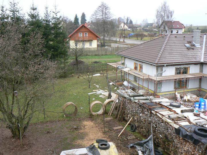 11. montážní den - Zahrada je zatím spíše skladiště.