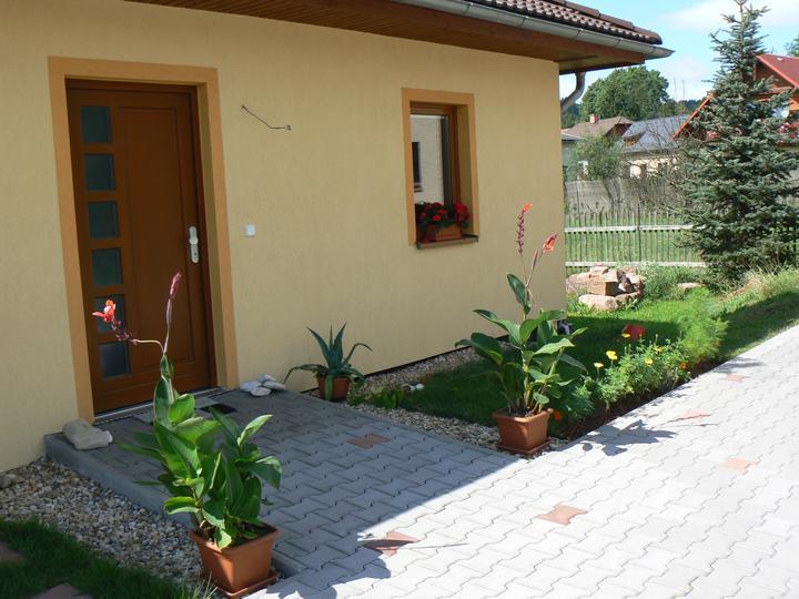 Léto 2012 - Ještě pohled na přední vchod.