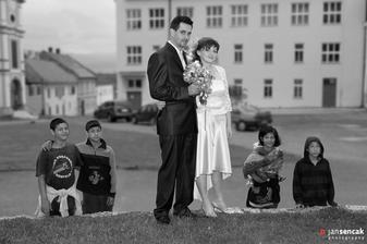 Spoločnosť pri fotografovaní nám robili aj rómske deti.