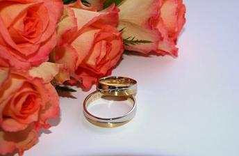 Naše prstýnky, které jsme použili jako motiv svatebního oznámení