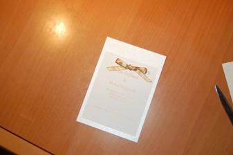 Karticku s textom nalepim na vacsiu karticku z perletoveho papiera.