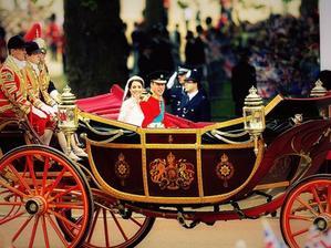 Koc odvaza mladomanzelov do Buckinghamskeho palaca