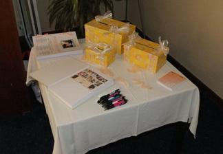 Zatisi s pokladnickami, svatebnimi novinami a knihou