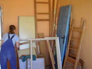 Postupne rozoberáme vstavanú skrinu z chodby