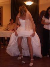 zábava vrcholí - nevěsta v zápalu boje o první místo :-)
